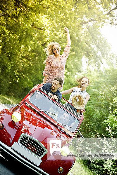 Mensch Menschen Auto Retro rot jung Spaß