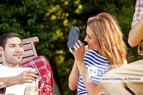 Außenaufnahme junge Frau junge Frauen Freund Fotografie nehmen freie Natur