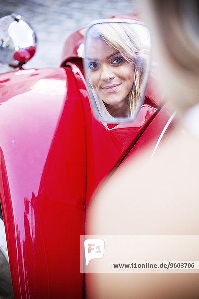 Rückansicht junge Frau junge Frauen sehen Auto Spiegel