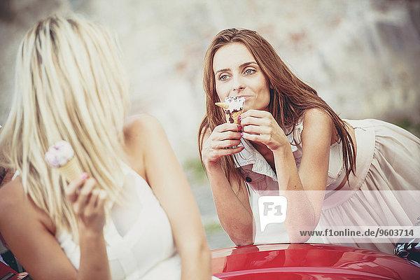 Frau Auto Eis 2 jung essen essend isst Sahne