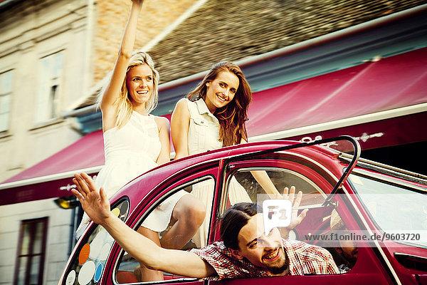 Mensch Menschen Auto fahren Retro winken jung Glück