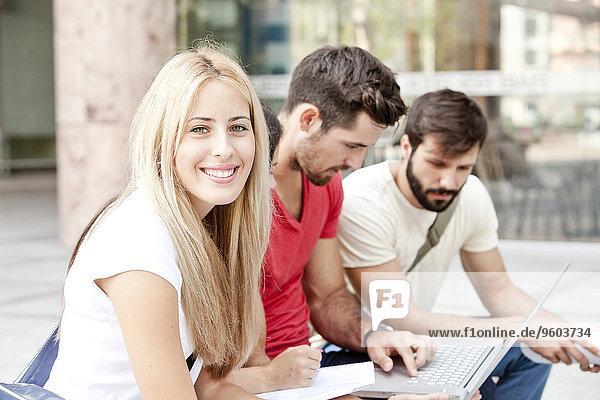 Zusammenhalt benutzen Notebook Student Universität