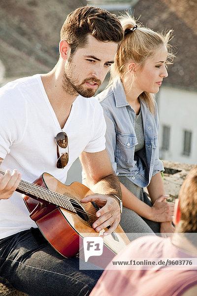 Dach Mann Party Gitarre jung spielen