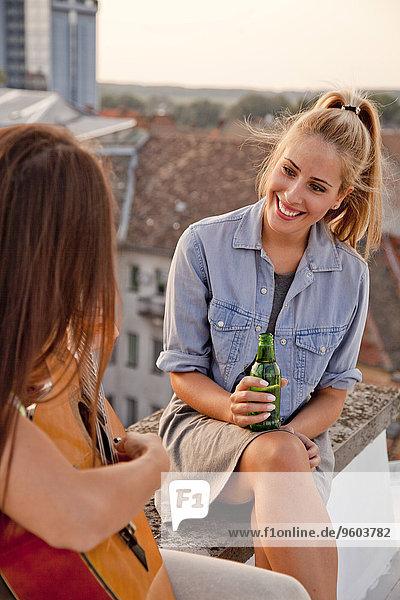 Dach junge Frau junge Frauen Freundin Party Gitarre spielen