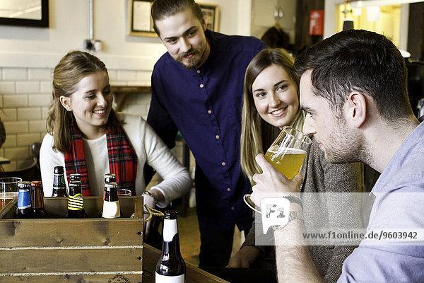 stinken Mensch Menschen Verkostung jung Bier Kneipe riechen
