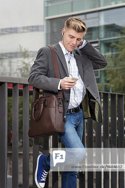 benutzen Geschäftsmann jung Smartphone