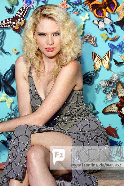 Frau Schatten Hintergrund frontal Glamour Schmetterling angreifen