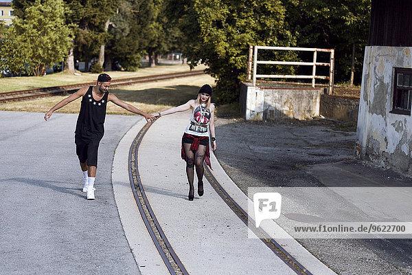 Stilvolles junges Paar  das Händchen hält