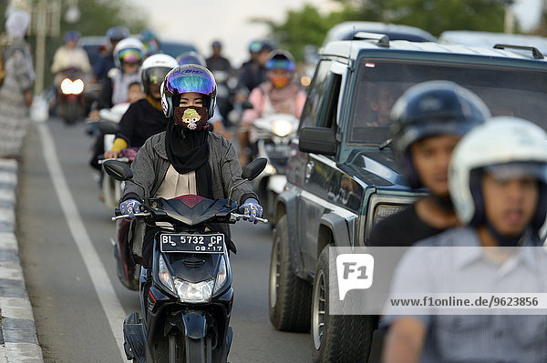 Indonesien  Banda Aceh  Mopedfahrer im Berufsverkehr