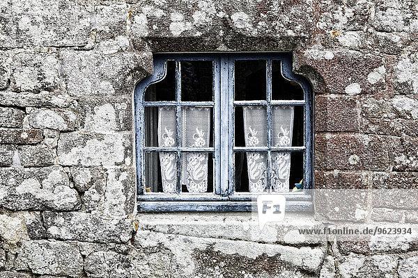 Frankreich  Bretagne  Locranan  Fenster des historischen Gebäudes