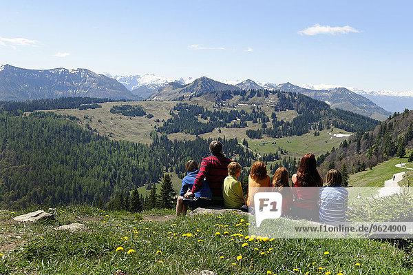 Österreich  Salzburger Land  Tennengebirge und Osterhorngruppe  Familie sitzend am Aussichtspunkt