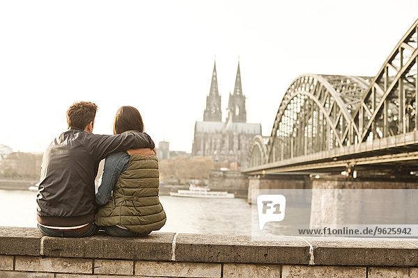 Deutschland  Köln  glückliches junges Paar  das die Zeit genießt