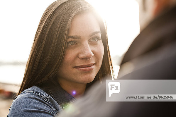 Deutschland  Köln  Porträt einer lächelnden jungen Frau