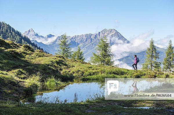 Österreich  Salzburger Land  Junge Frau beim Bergwandern