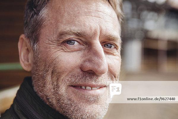 Porträt eines lächelnden reifen Mannes