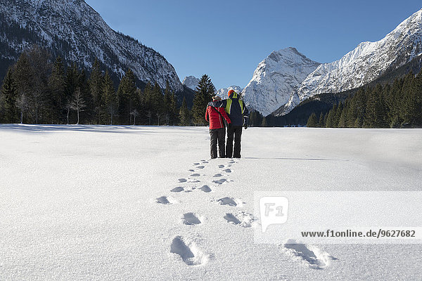 Österreich  Tirol  Pertisau  Paar stehend in Winterlandschaft