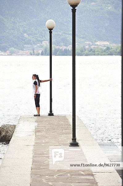 Italien  Trentino  Jogger beim Vorbereiten am Gardasee
