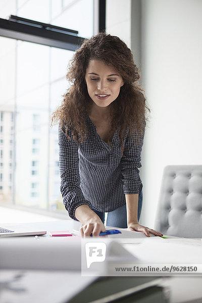 Junge Frau am Schreibtisch im Büro