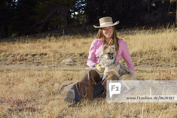 USA  Wyoming  Cowgirl mit ihrem Hund