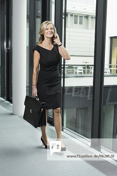Lächelnde Geschäftsfrau am Handy