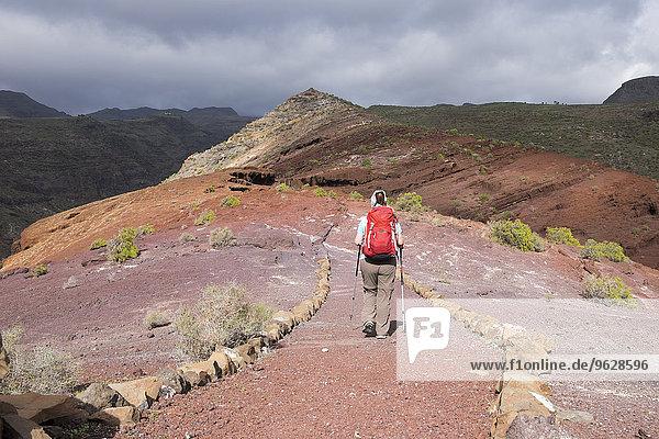 Kanarische Inseln  La Gomera  Alajero  Frau auf dem Wanderweg Sendero Quise