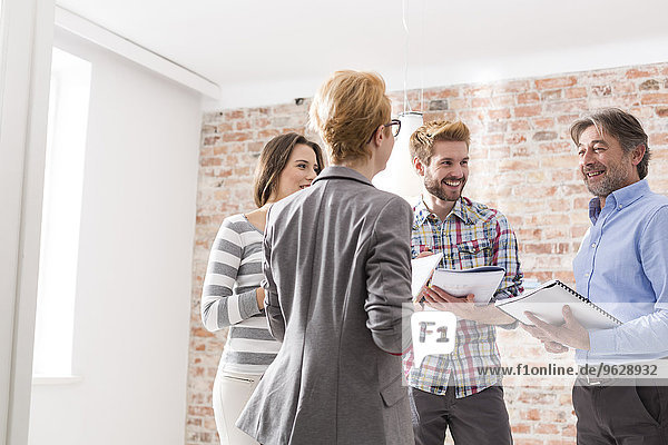 Zuverlässige Geschäftsleute sprechen im Büro