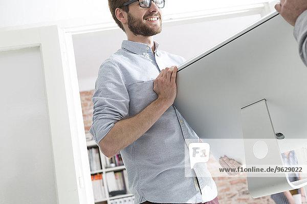 Zwei Männer mit Computerbildschirm im Büro