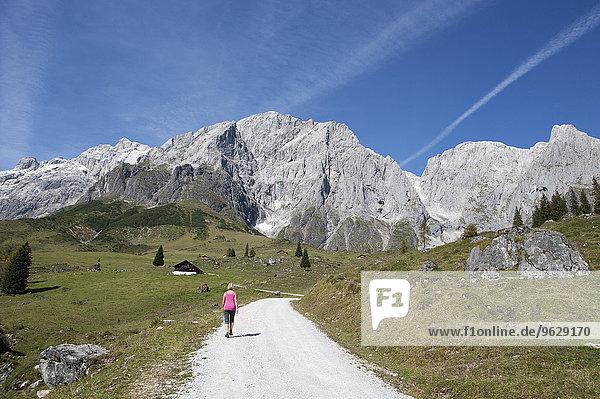 Österreich  Salzburger Land  Mühlbach  Hochkönigmassiv  Wanderer auf Wanderweg