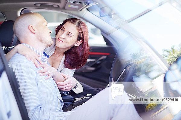 Paar beim Autohändler im Auto