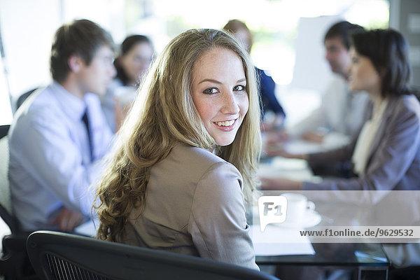 Lächelnde Frau in einem Geschäftstreffen