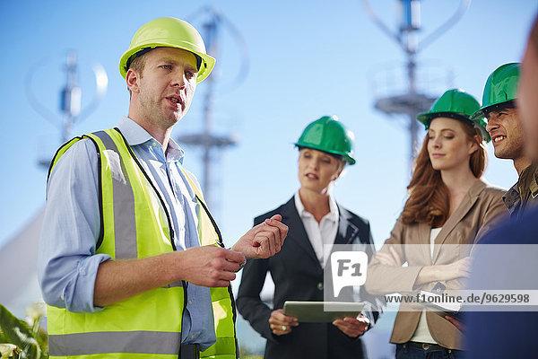 Geschäftspartner bei einem Treffen mit dem Windkraftanlagenbauer