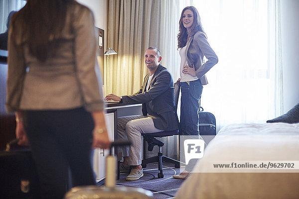 Drei Geschäftsleute im Hotelzimmer