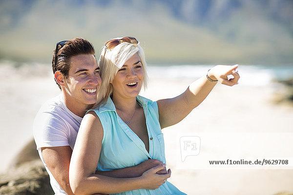 Glückliches junges Paar am Strand