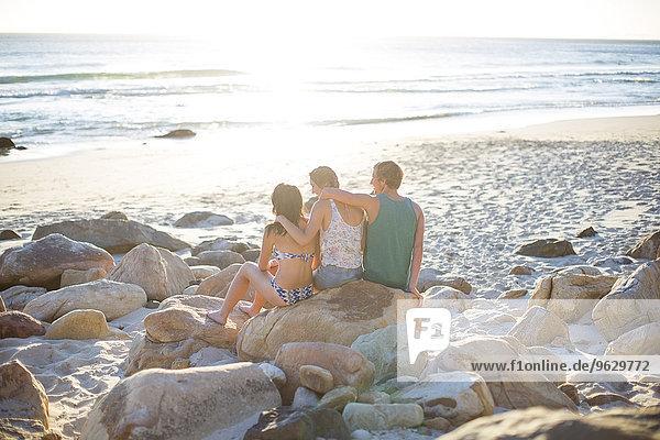 Freunde am Strand mit Blick aufs Meer