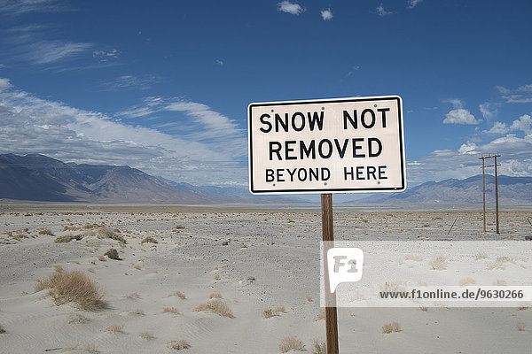 Schneewarnschild in der Wüste  Death Valley  Kalifornien  USA