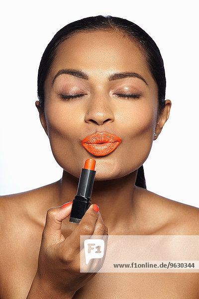 Weibliches Modell mit orangefarbenem Lippenstift