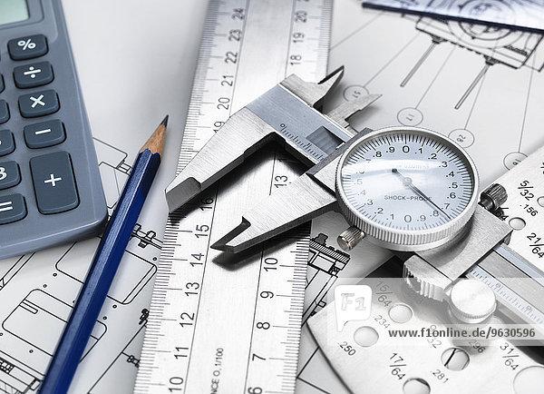 Messschieber und technische Messgeräte  sitzend auf technischer Zeichnung