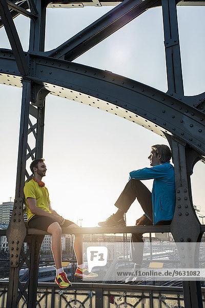 Freunde relaxen auf der Brücke  München  Bayern  Deutschland