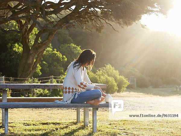 Frau auf Parkbank  Roadknight  Victoria  Australien