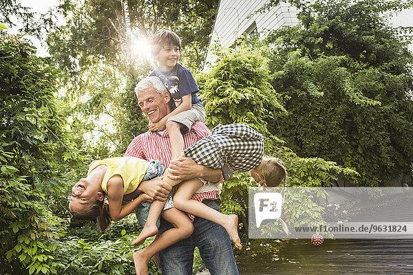 Großvater mit drei Enkelkindern
