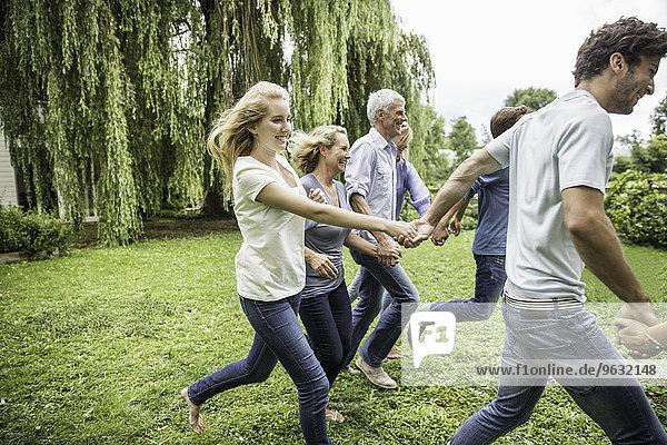 Zwei Generationen Familienbetrieb im Garten