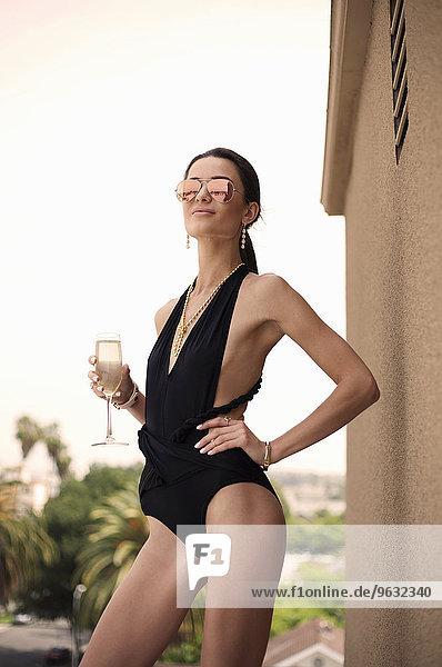 Junge Frau im Badeanzug mit Champagner  Portrait