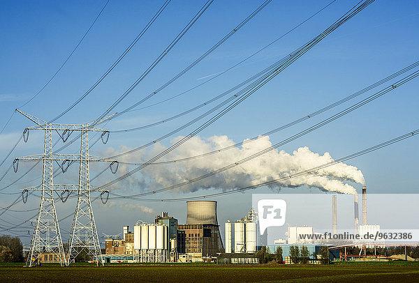Blick auf Kohlekraftwerk und Elektrotürme