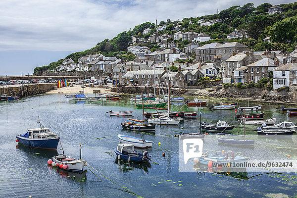 Blick auf Fischerboote und Hafen  Mousehole  Cornwall  UK