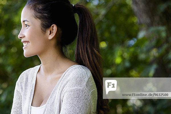 Porträt der schönen jungen Frau im Park