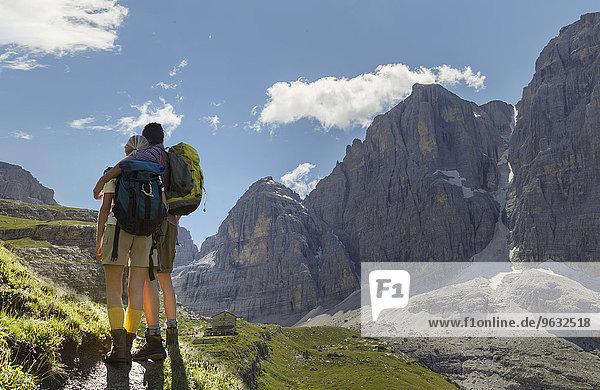 Rückansicht des Wanderpaares mit Blick über das Tal  Brenteihütte  Brenta Dolomiten  Italien