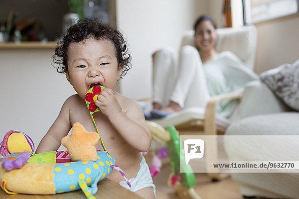 Innenaufnahme Junge - Person Baby spielen