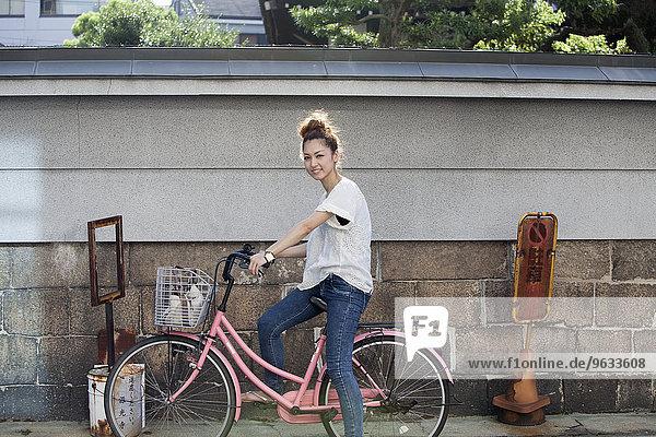 sitzend Frau pink Fahrrad Rad