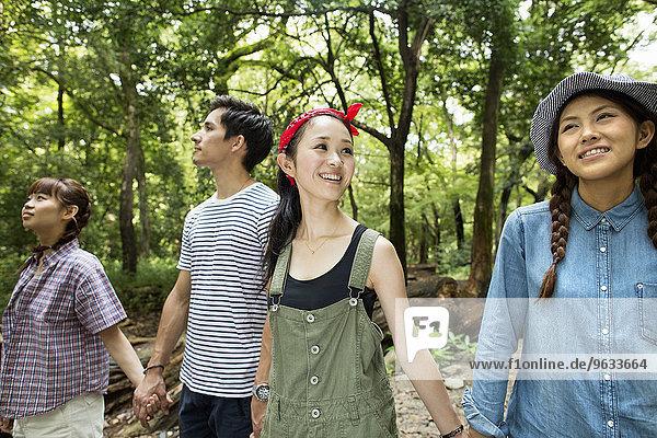 Freundschaft Party Wald Außenaufnahme