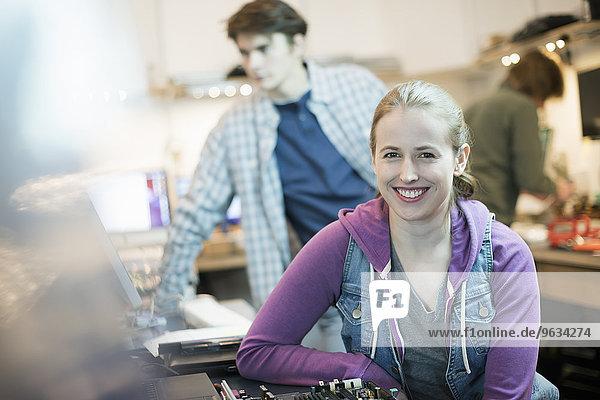 junge Frau junge Frauen Mann Computer Personalwesen reparieren Laden